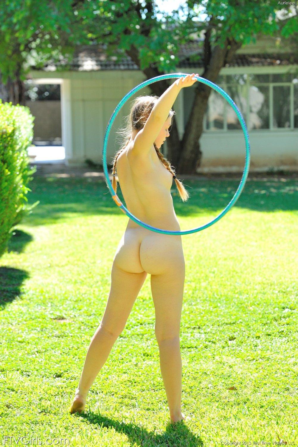 Chicas desnudas hula hoop