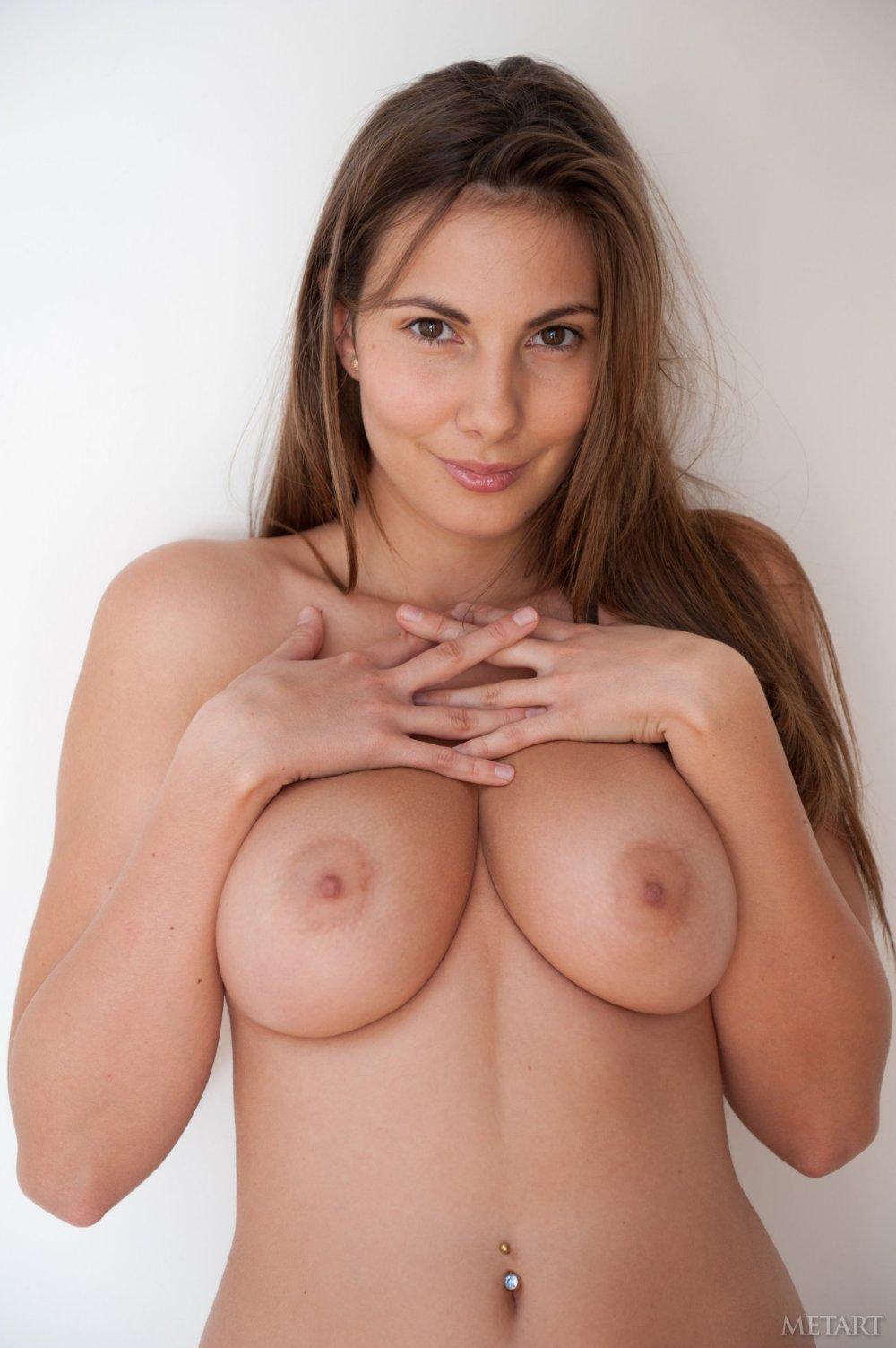 Esta rubia desnuda prepara su desayuno mientras se